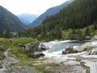 Frontscha, Wanderer auf dem Weg in die Val Sumvitg